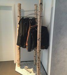 Garderobe aus gereinigten und getrockneten Birkenstämmen