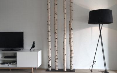 Moderne Raumgestaltung mit Birkenstämmen