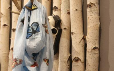 Birkenstämme als Wandhalter im Bekleidungsgeschäft