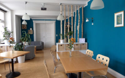 Schöner Raumteiler mit Birkenstämmen in Aufenthaltsraum