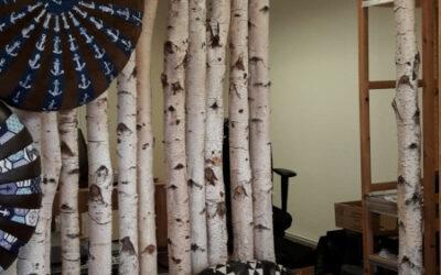 Raumteiler aus Birkenstämmen