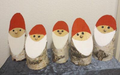 Weihnachtliche Dekoration mit Birkenstämmen