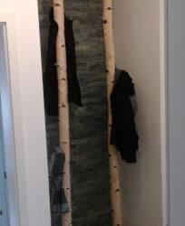 Garderobe mit Birkenstämmen