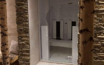 Weiße Birkenstämme als Deko im Saunabereich